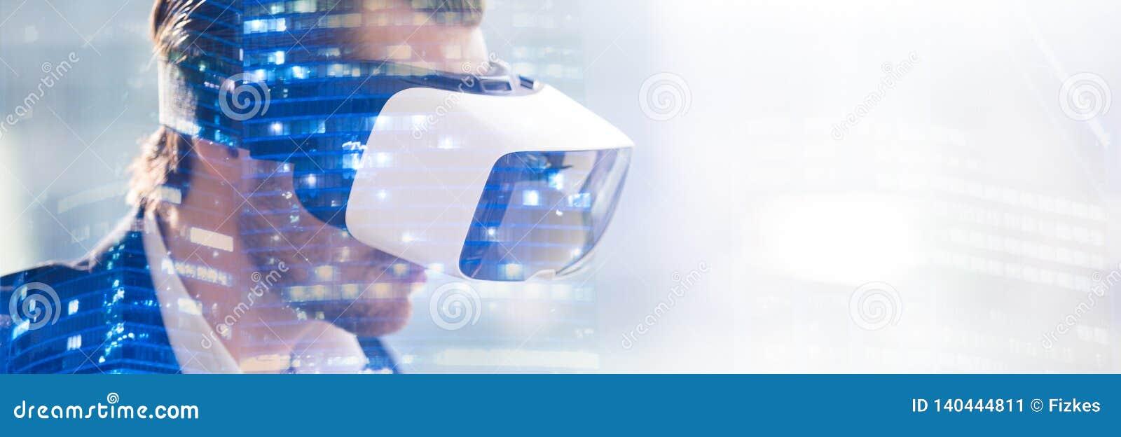 Double exposition des verres de port de vr de l homme observant la visualisation 3d