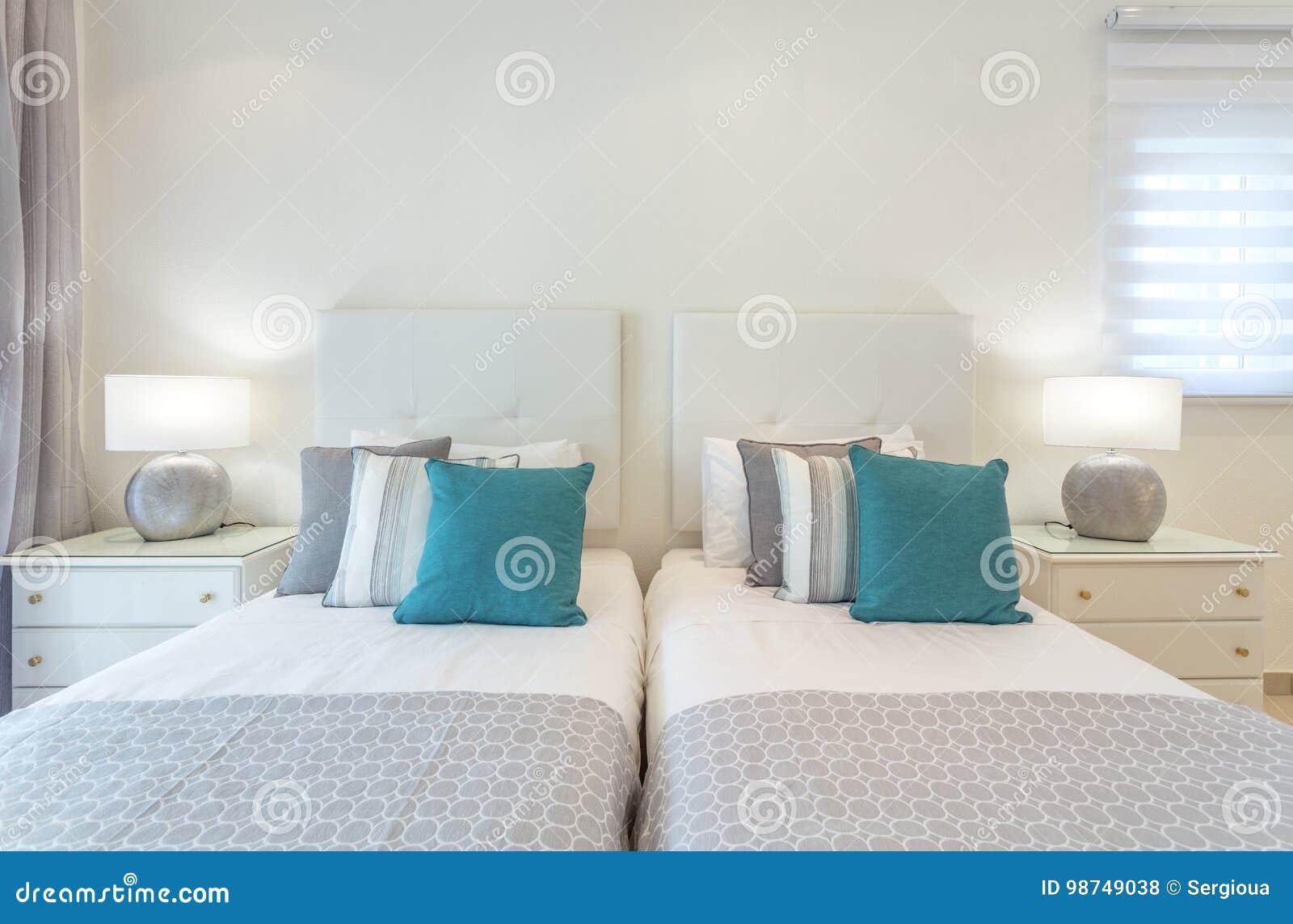 Double Lampes Dans Chevet Chambre À Coucher Au Stock Lit Photo La BdWroexC