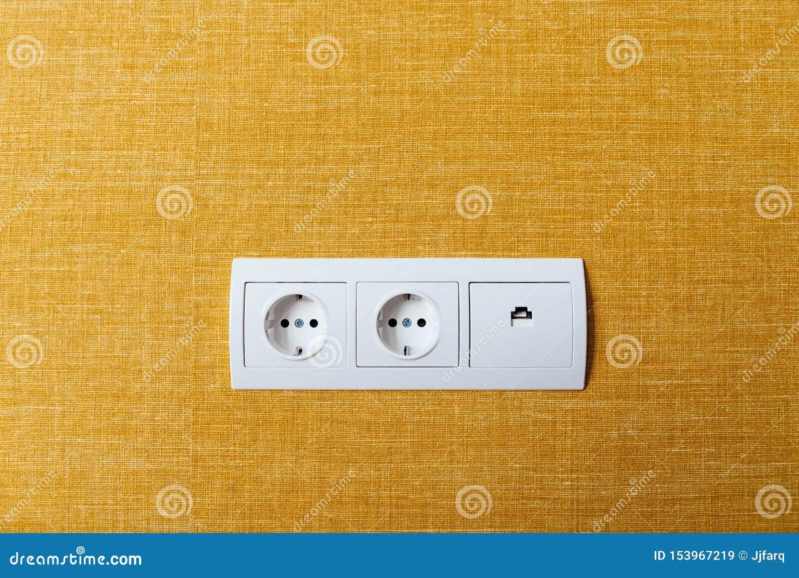 Doubles prise et prise blanches d Ethernet sur le mur