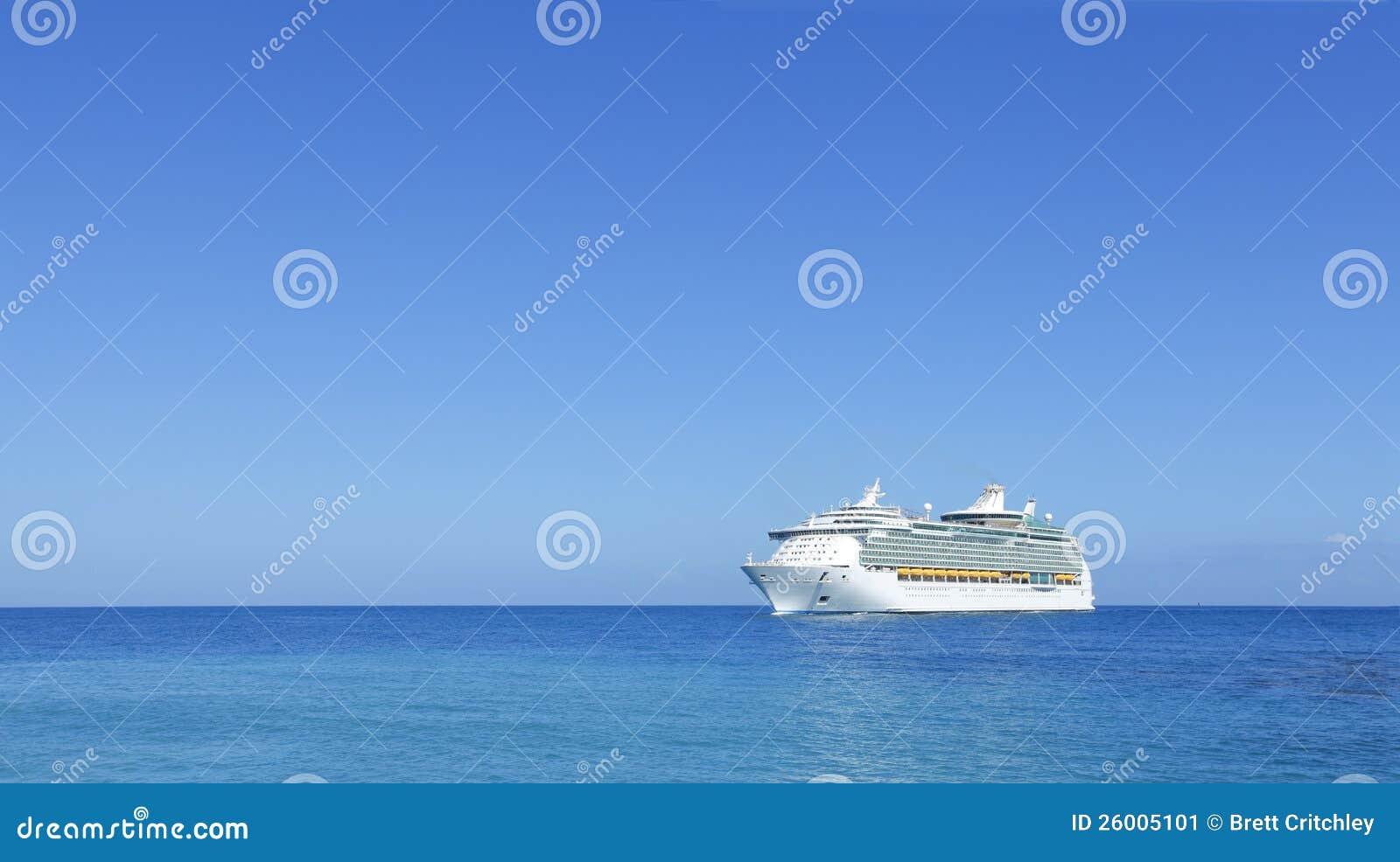 Doublure de bateau de croisière sur l horizon