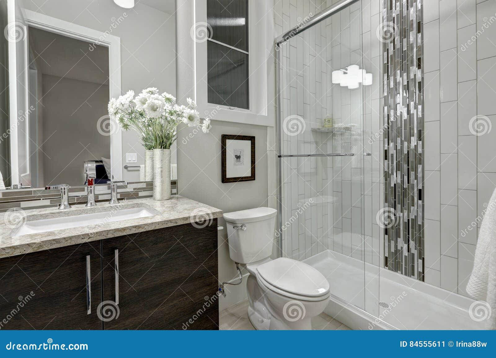 Douche de plain-pied en verre dans une salle de bains de maison de luxe