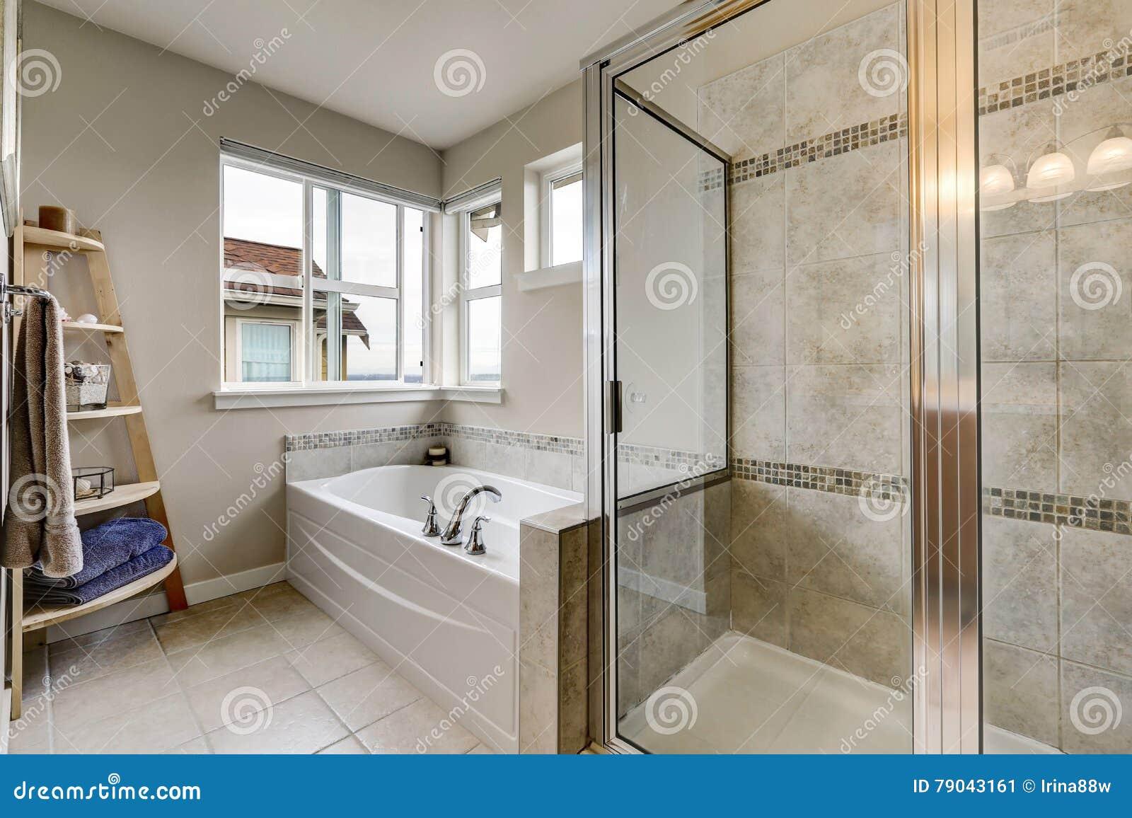 Douche En Verre Et Baignoire Blanche Dans L Interieur Propre De Salle Bains