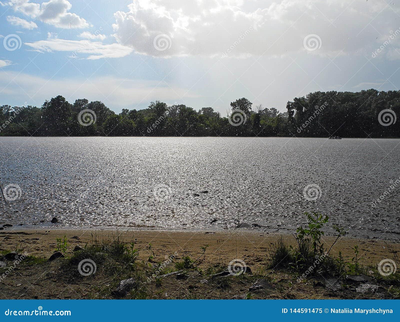 Douche met de zon over de rivier Rust op een de zomerdag door de rivier
