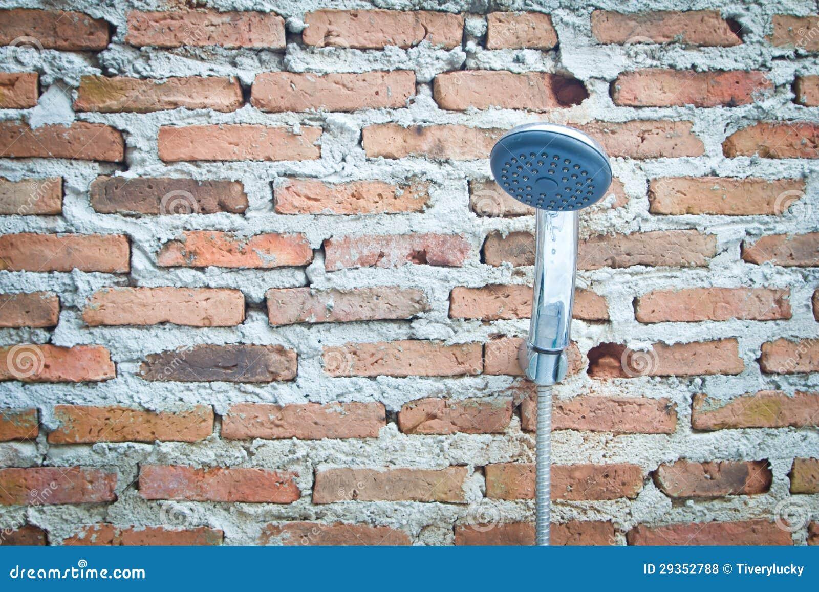 Douche op een bakstenen muur royalty vrije stock foto 39 s afbeelding 29352788 - Kleden muur op ...
