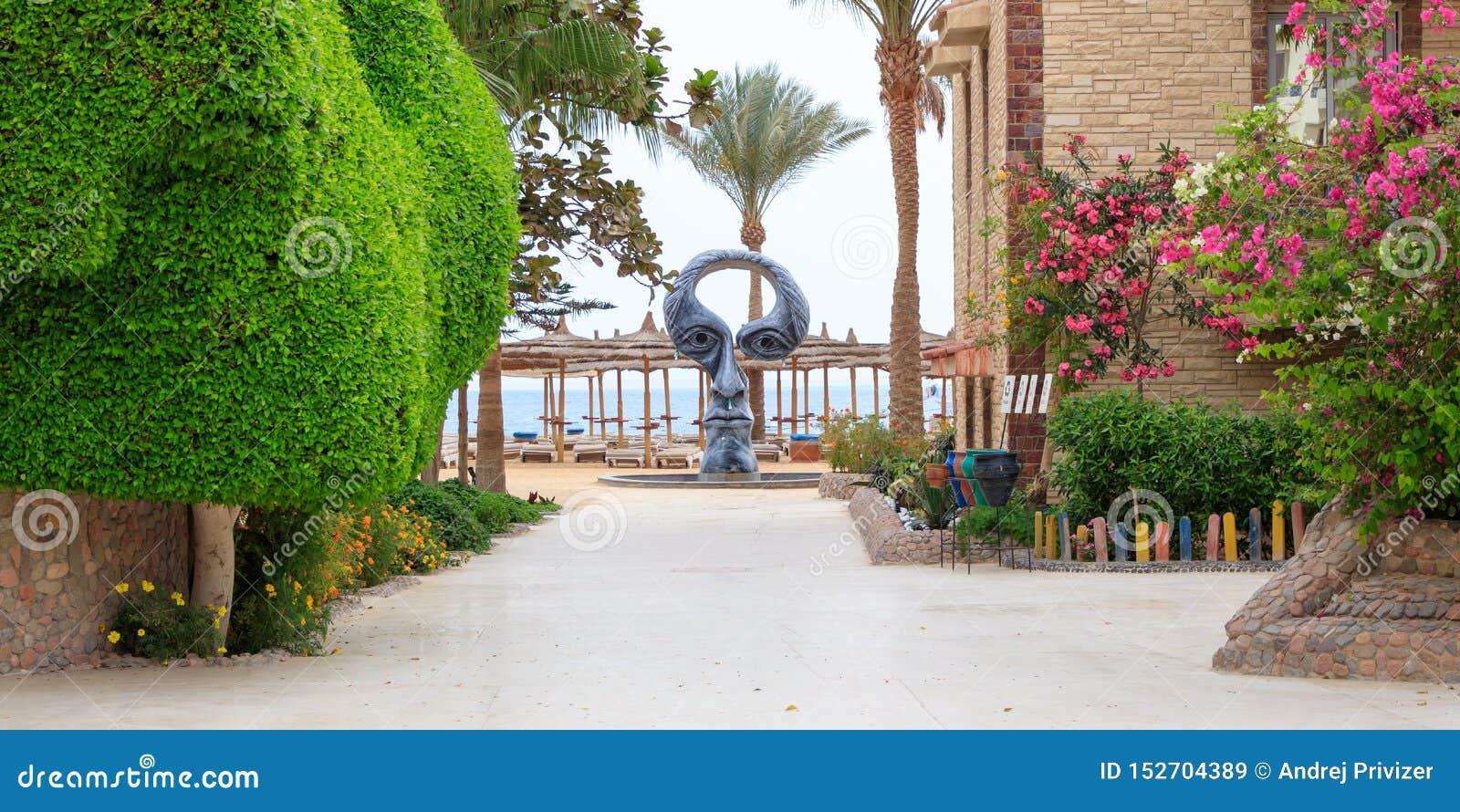 Douche op het strand in de vorm van een menselijke hoofd, Egyptische het Strandtoevlucht van de hotelzeemeeuw