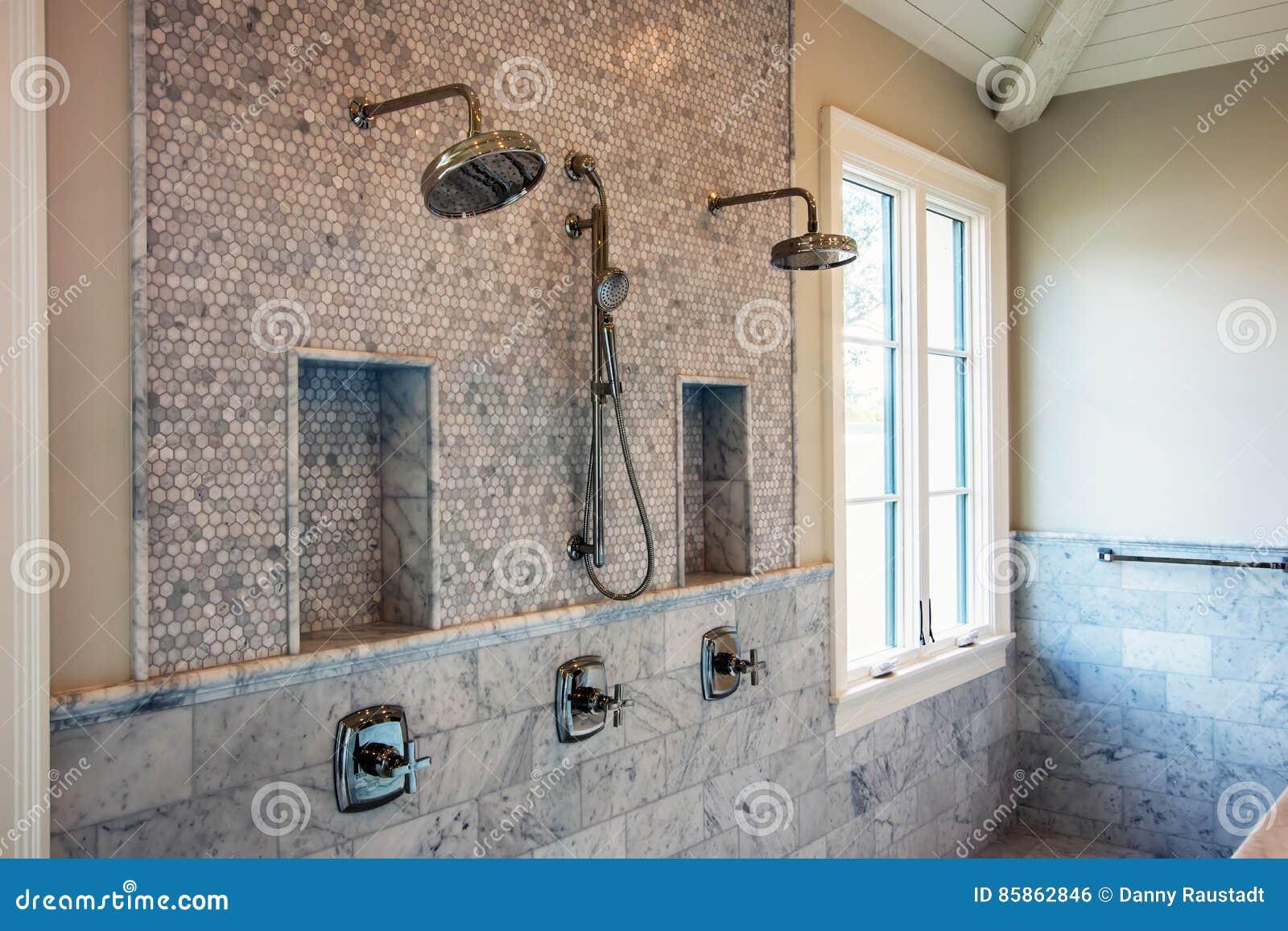 Douches Intérieures à La Maison Modernes De Salle De Bains Photo Stock