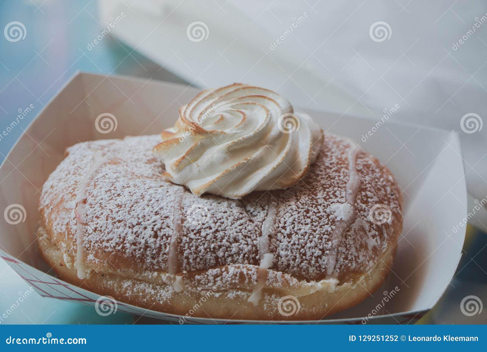 Doughnut met slagroom
