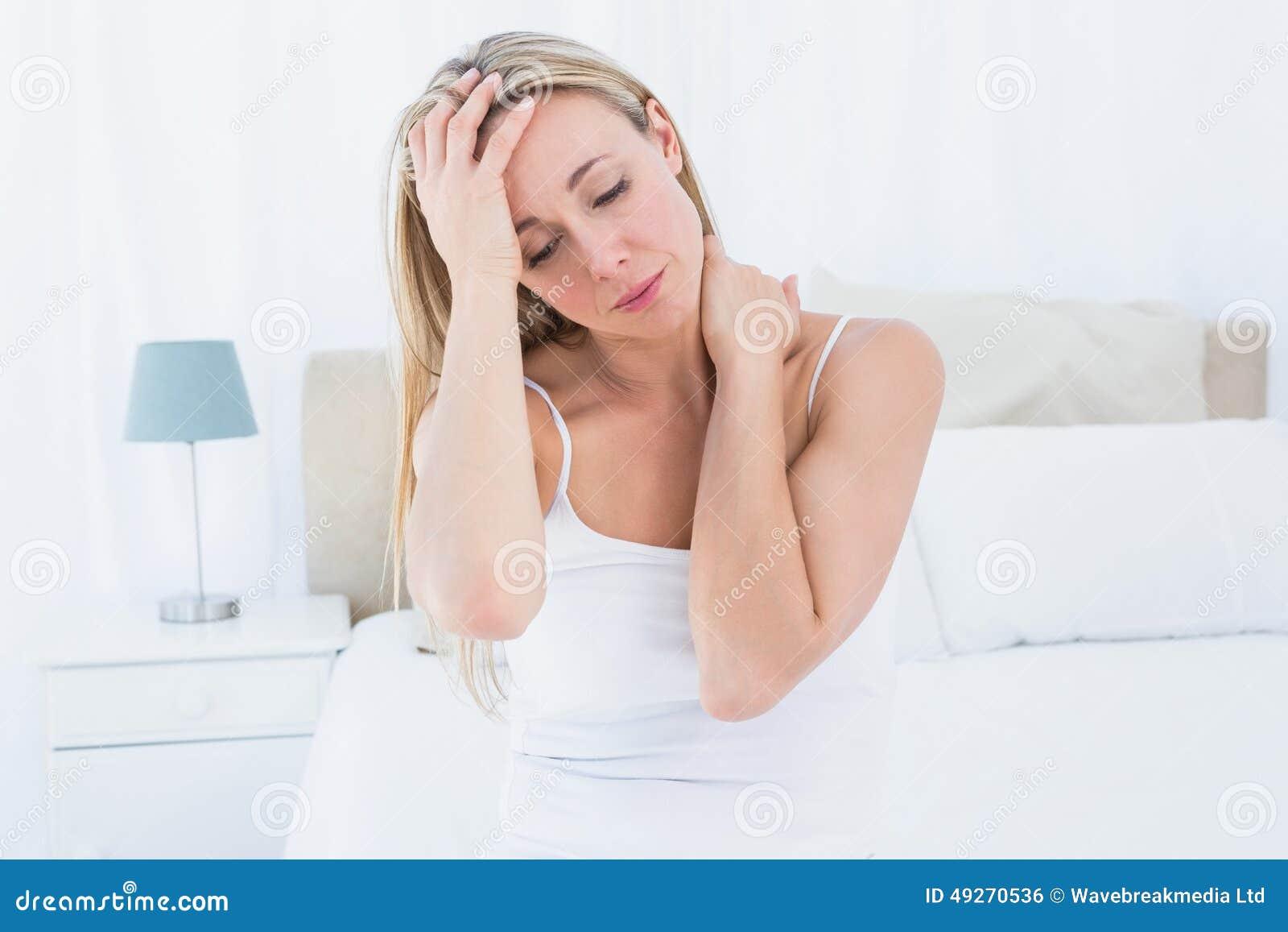 Douleur blonde bouleversée de mal de tête et de douleur cervicale