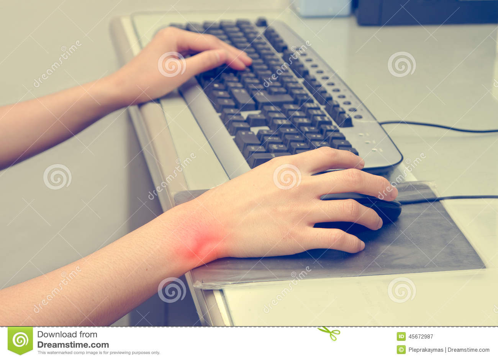douleur de poignet du travail avec l 39 ordinateur image stock image du tendon main 45672987. Black Bedroom Furniture Sets. Home Design Ideas