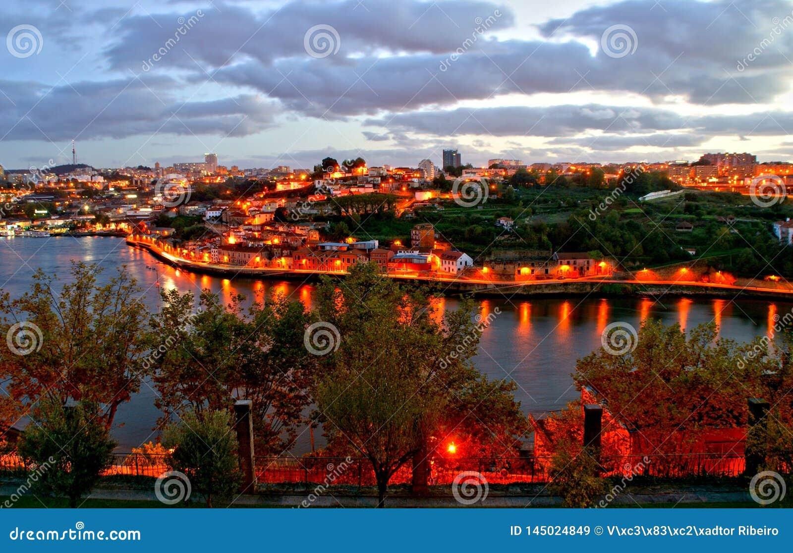 Douro nocy rzeczny widok w Porto