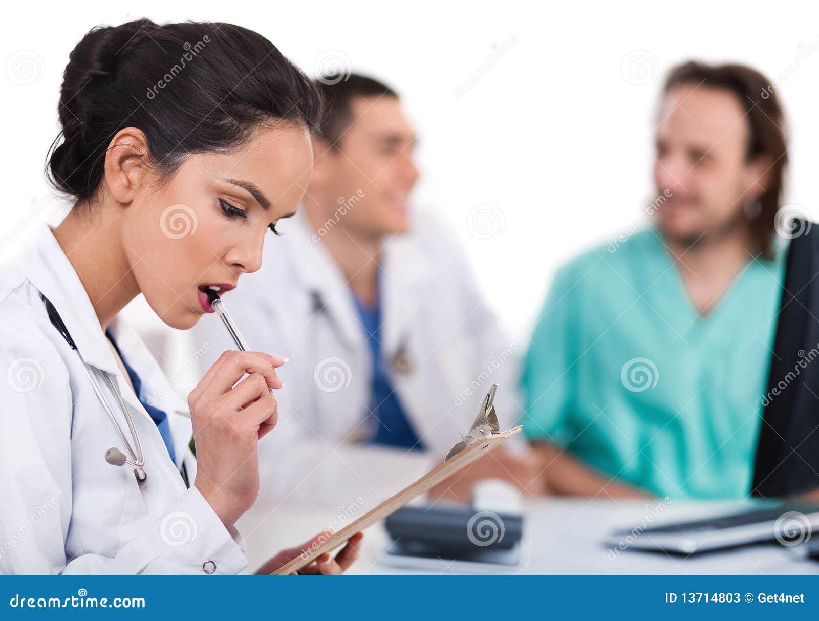 Doutor asiático novo que pensa com a pena
