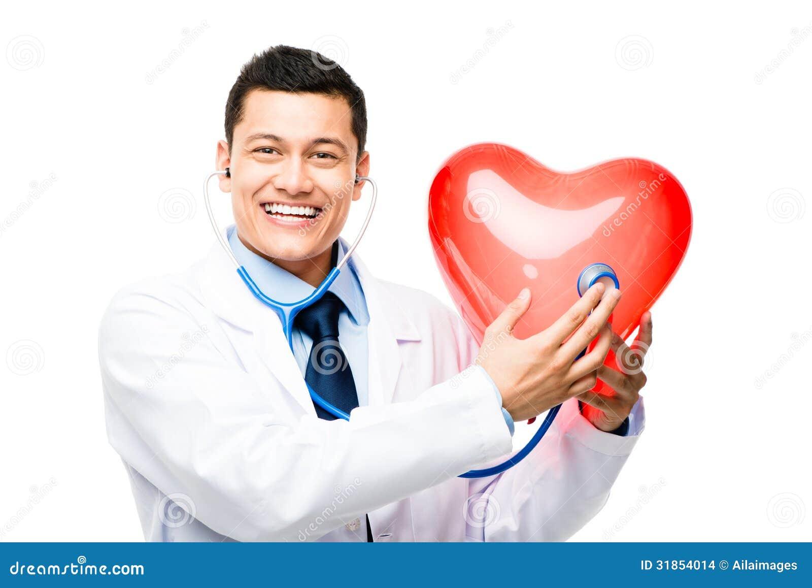 Doutor asiático que escuta a pulsação do coração