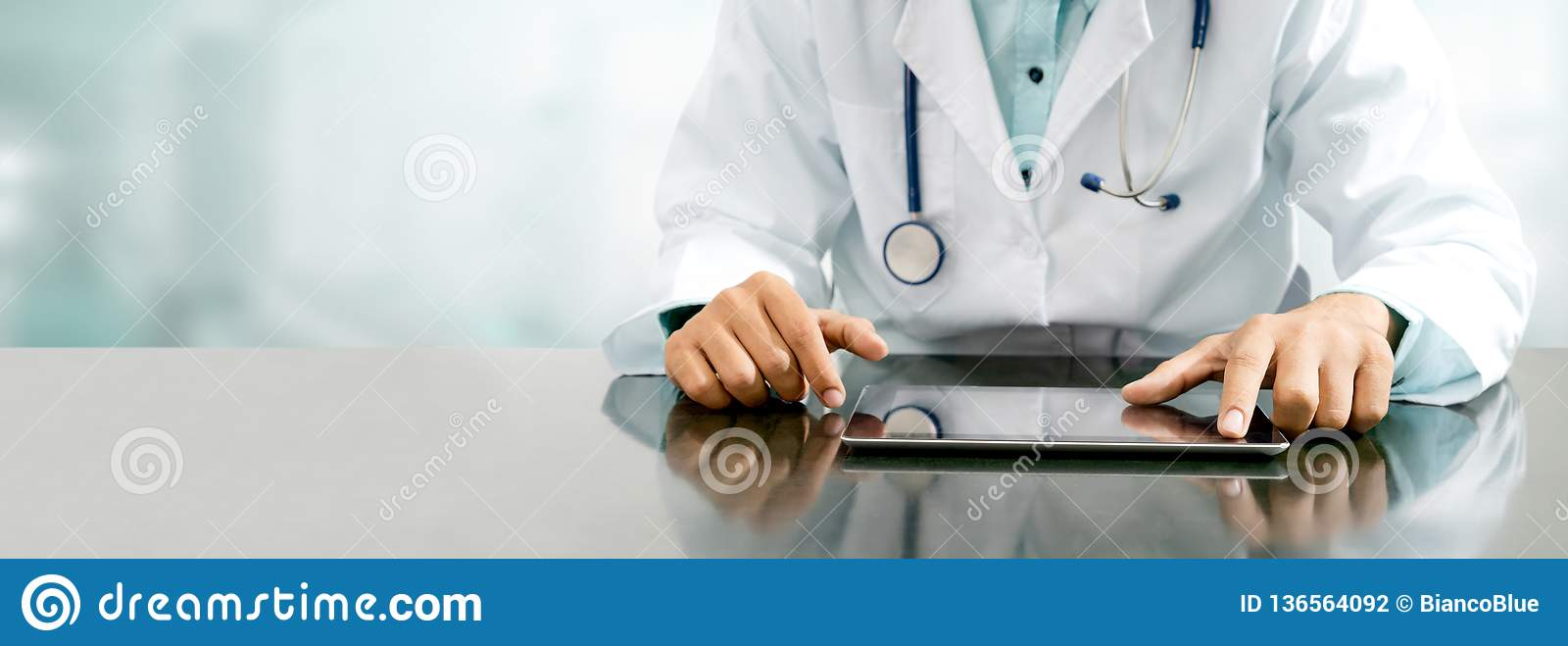 Doutor com o tablet pc no escritório do hospital