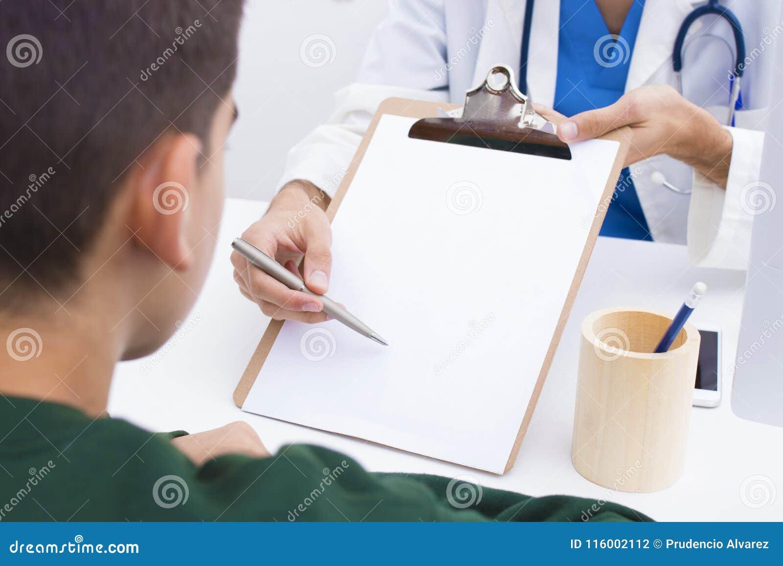 Doutor com a pena a assinar