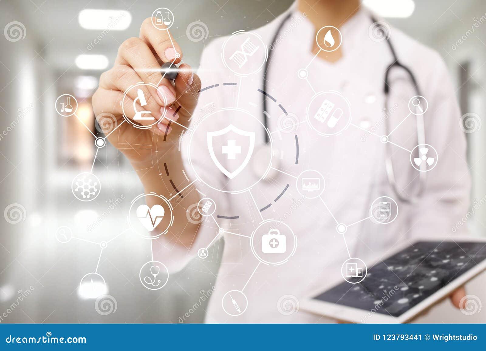 Doutor da medicina com computador moderno, relação da tela virtual e conexão de rede médica do ícone Conceito dos cuidados médico