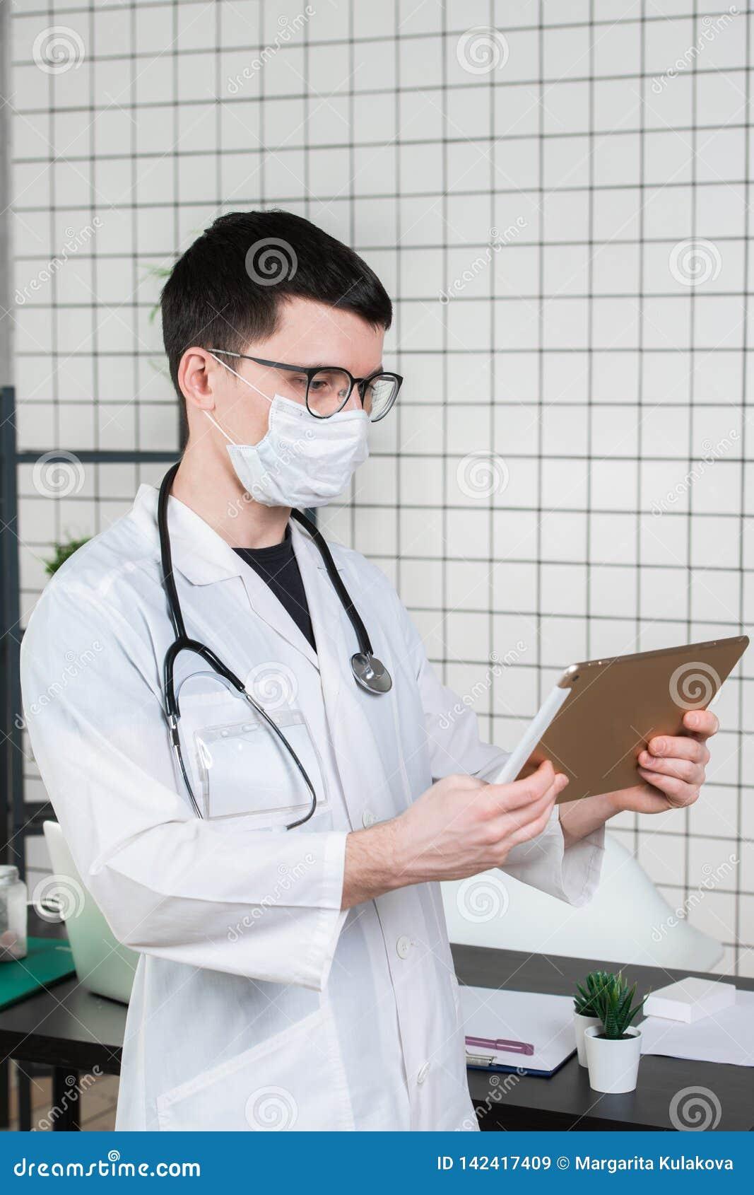 Doutor do cirurgião com o tablet pc no escritório do hospital Serviço médico do pessoal e do doutor dos cuidados médicos