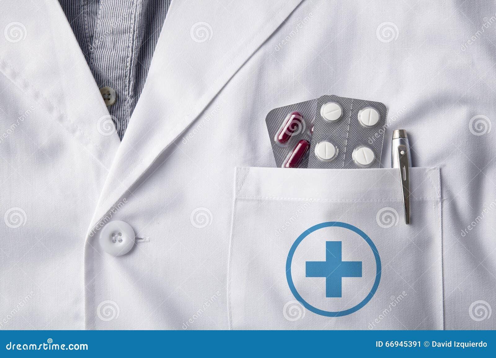 Doutor do vestido com os comprimidos das bolhas no bolso