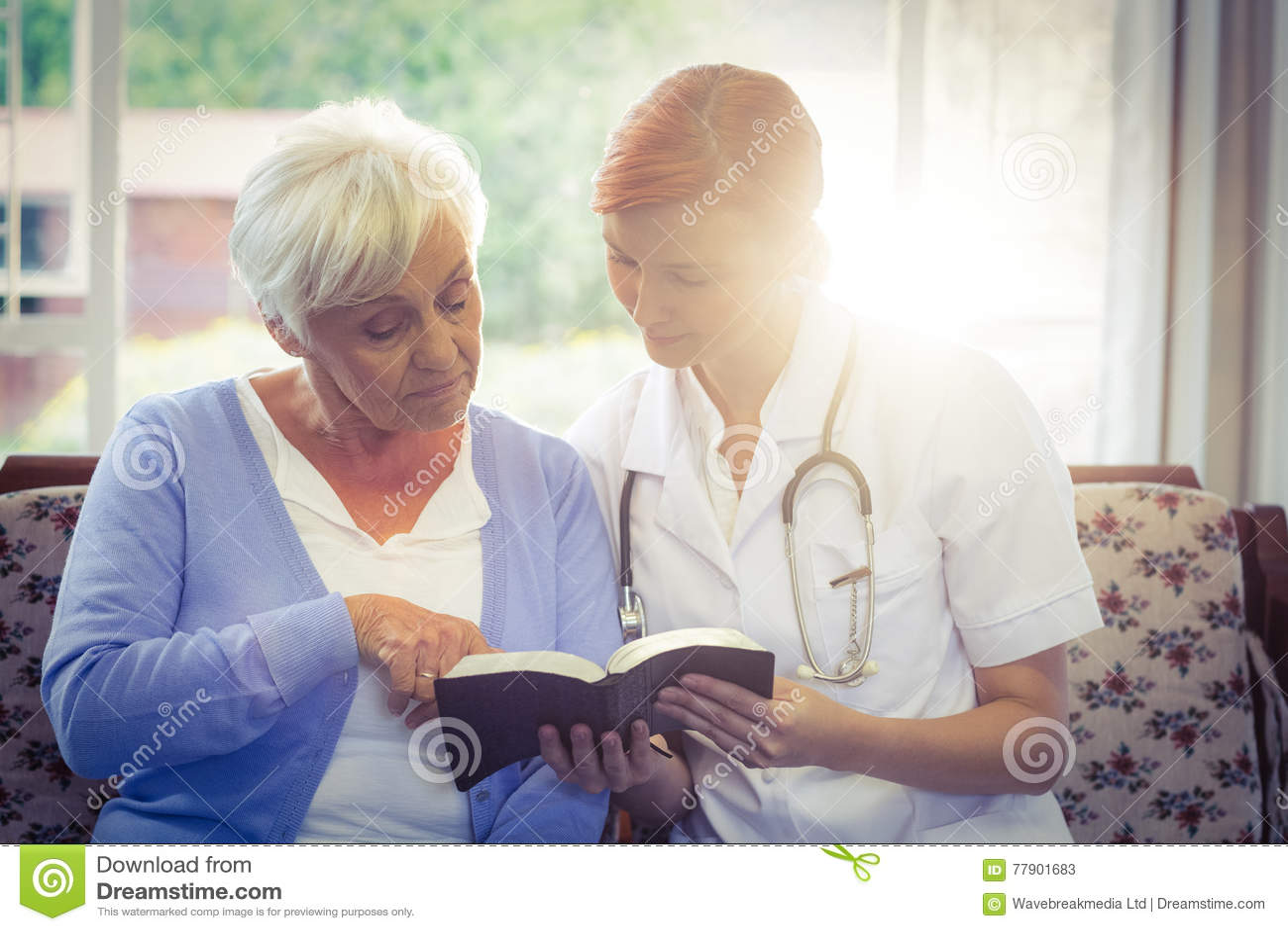 Doutor e paciente que leem um livro
