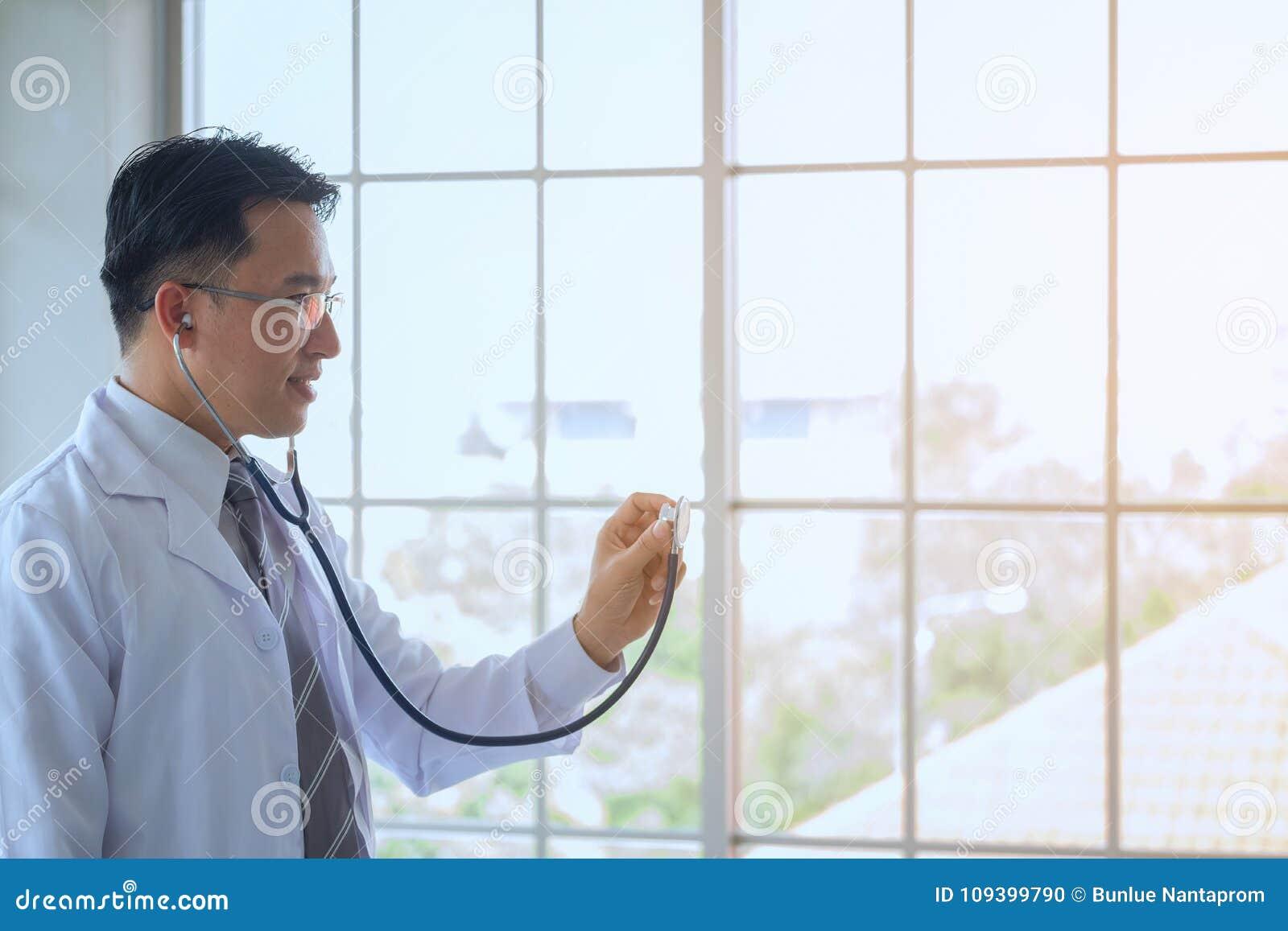 Doutor em um vestido de molho com um exame do estetoscópio no