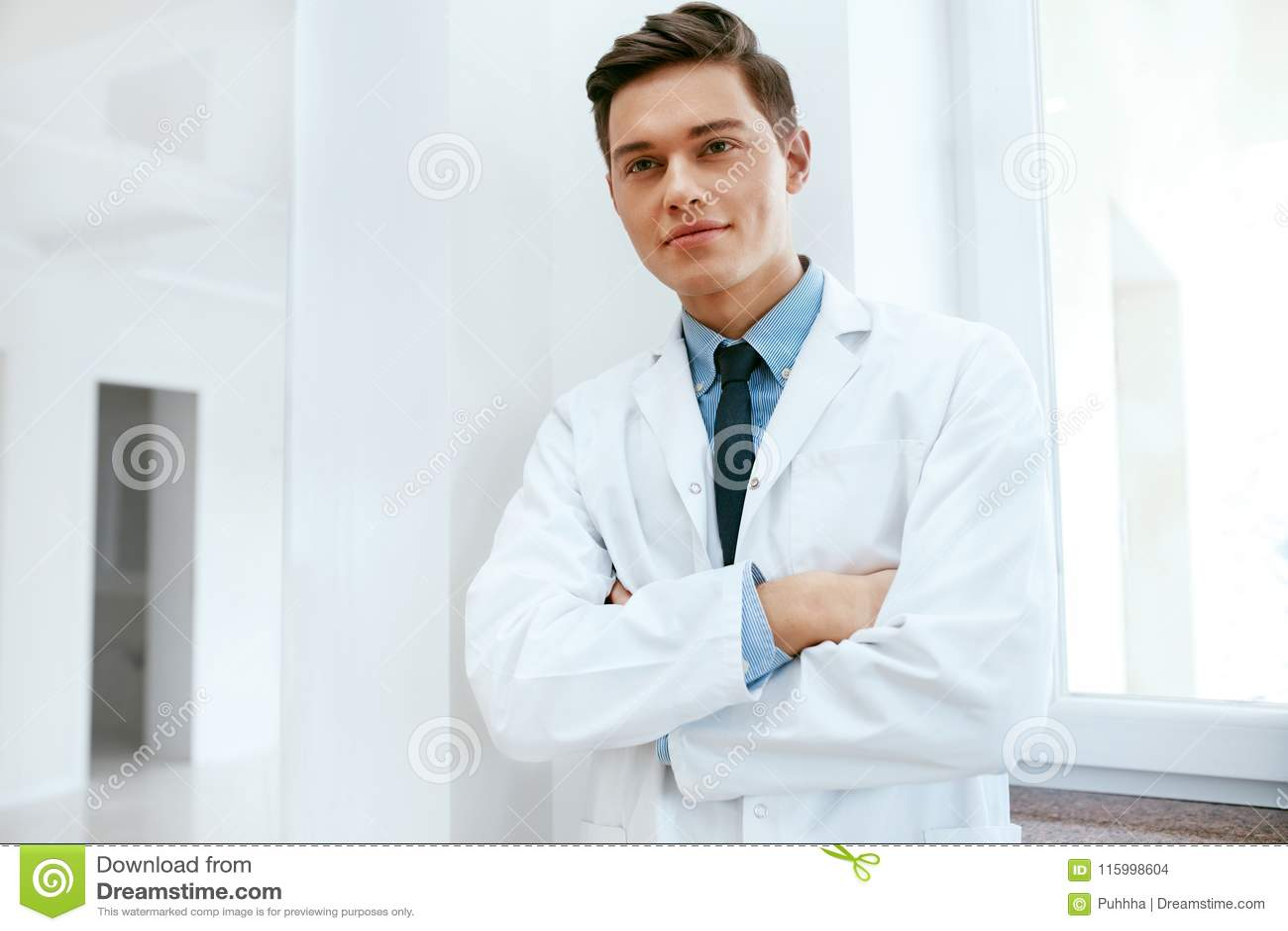 Doutor masculino In Dental Clinic do dentista Retrato