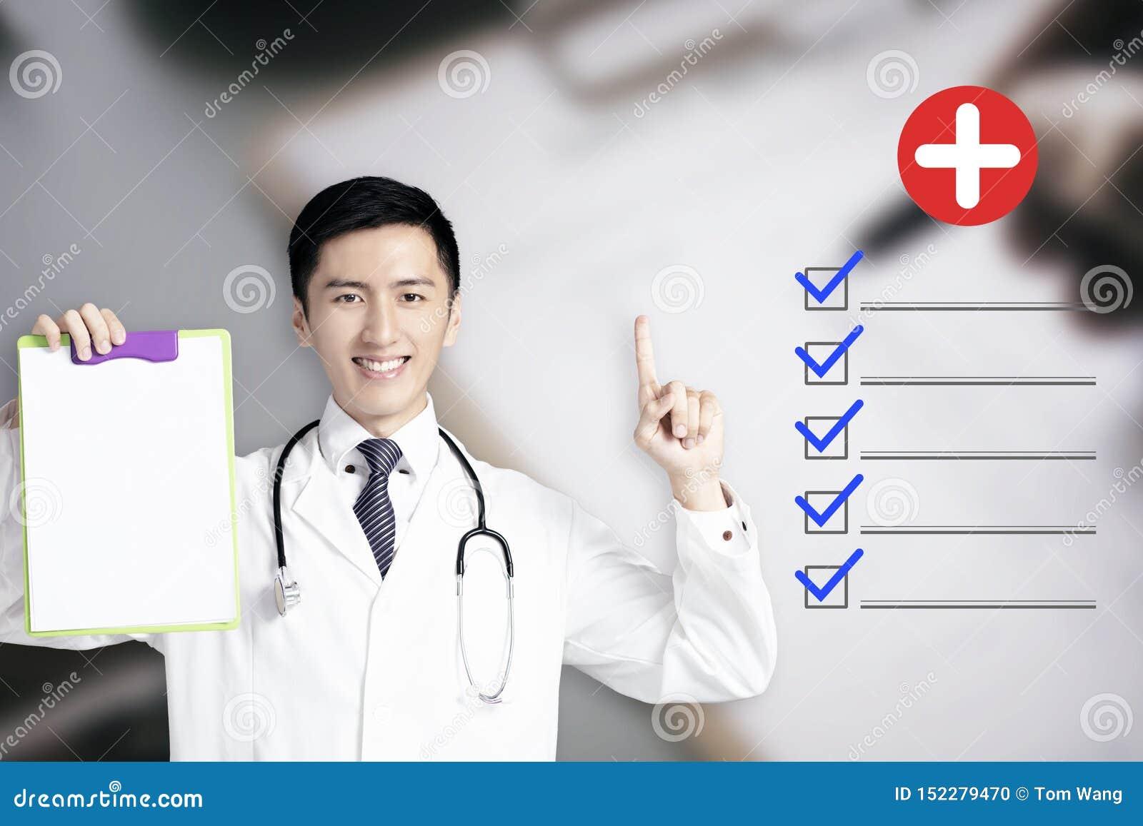 Doutor masculino novo que mostra o informe médico