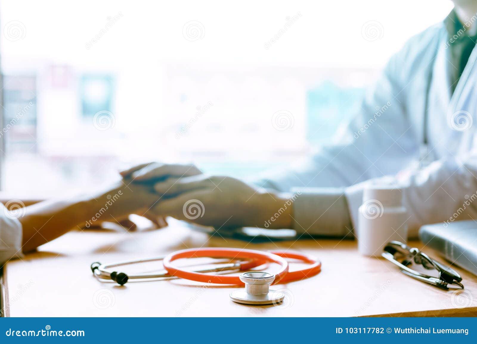 Doutor masculino que mantém as mãos e as folhas que consolam conselheiros ao pa