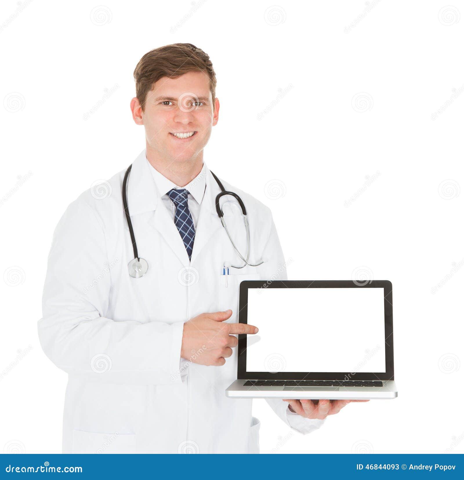 Doutor masculino que mostra no portátil