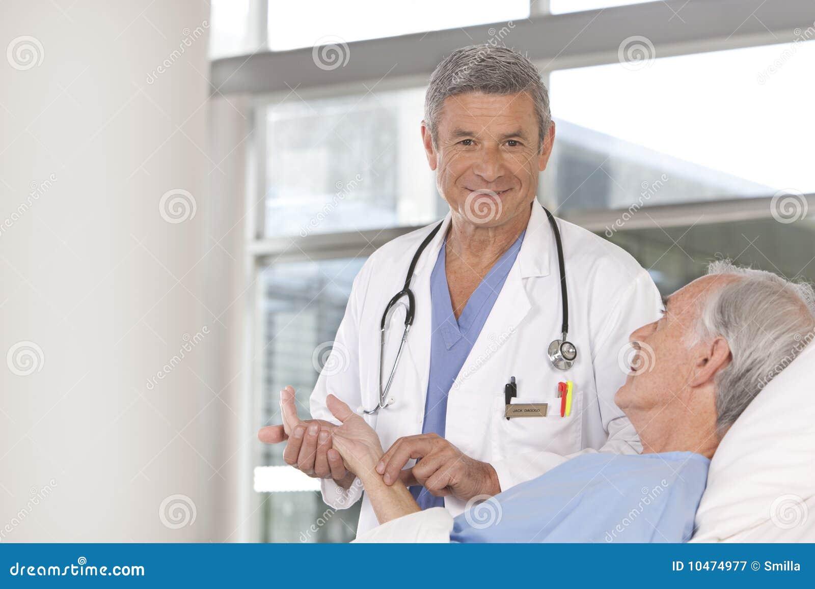 Doutor masculino que toma do paciente