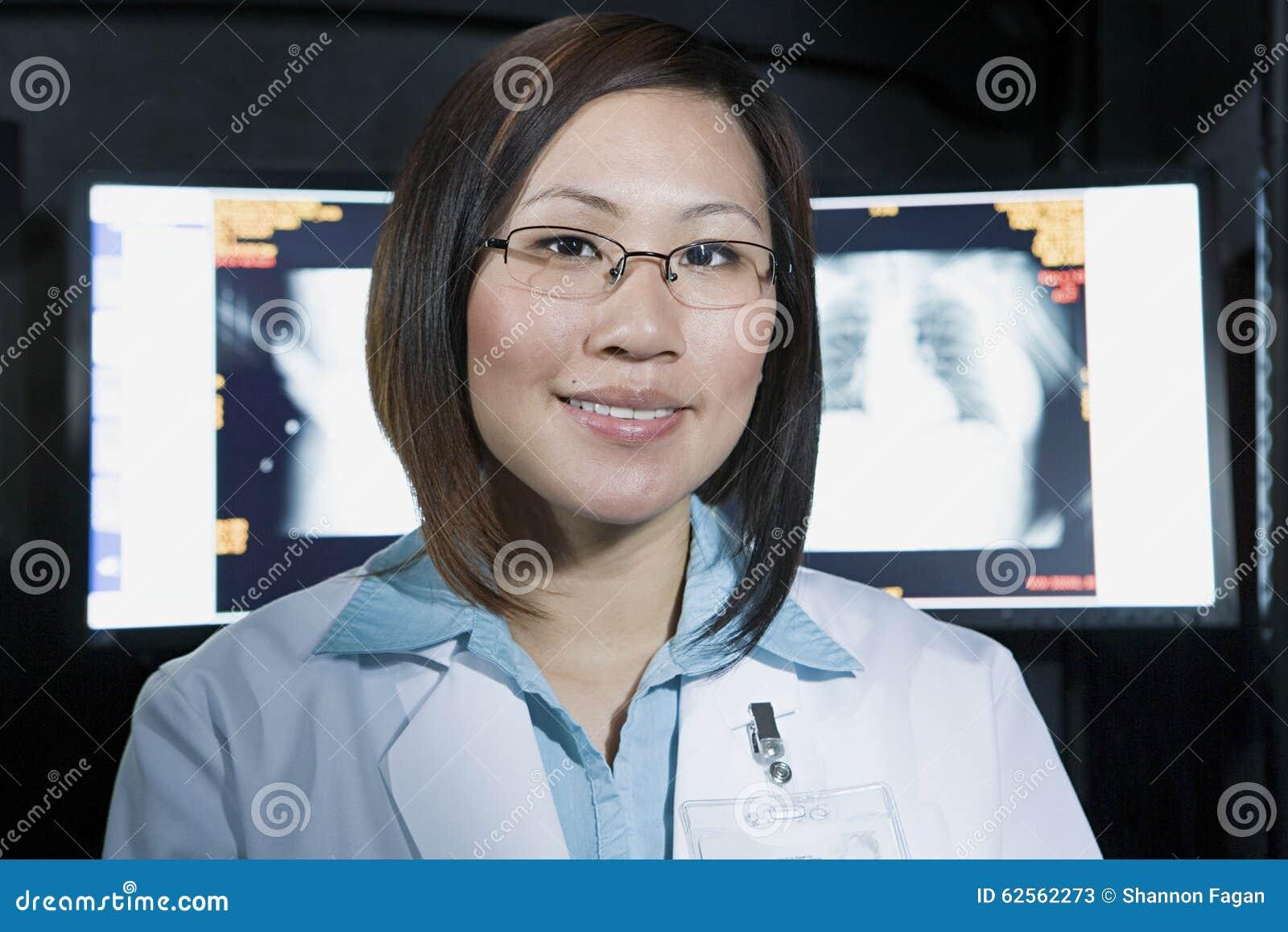 Doutor na frente do raio X
