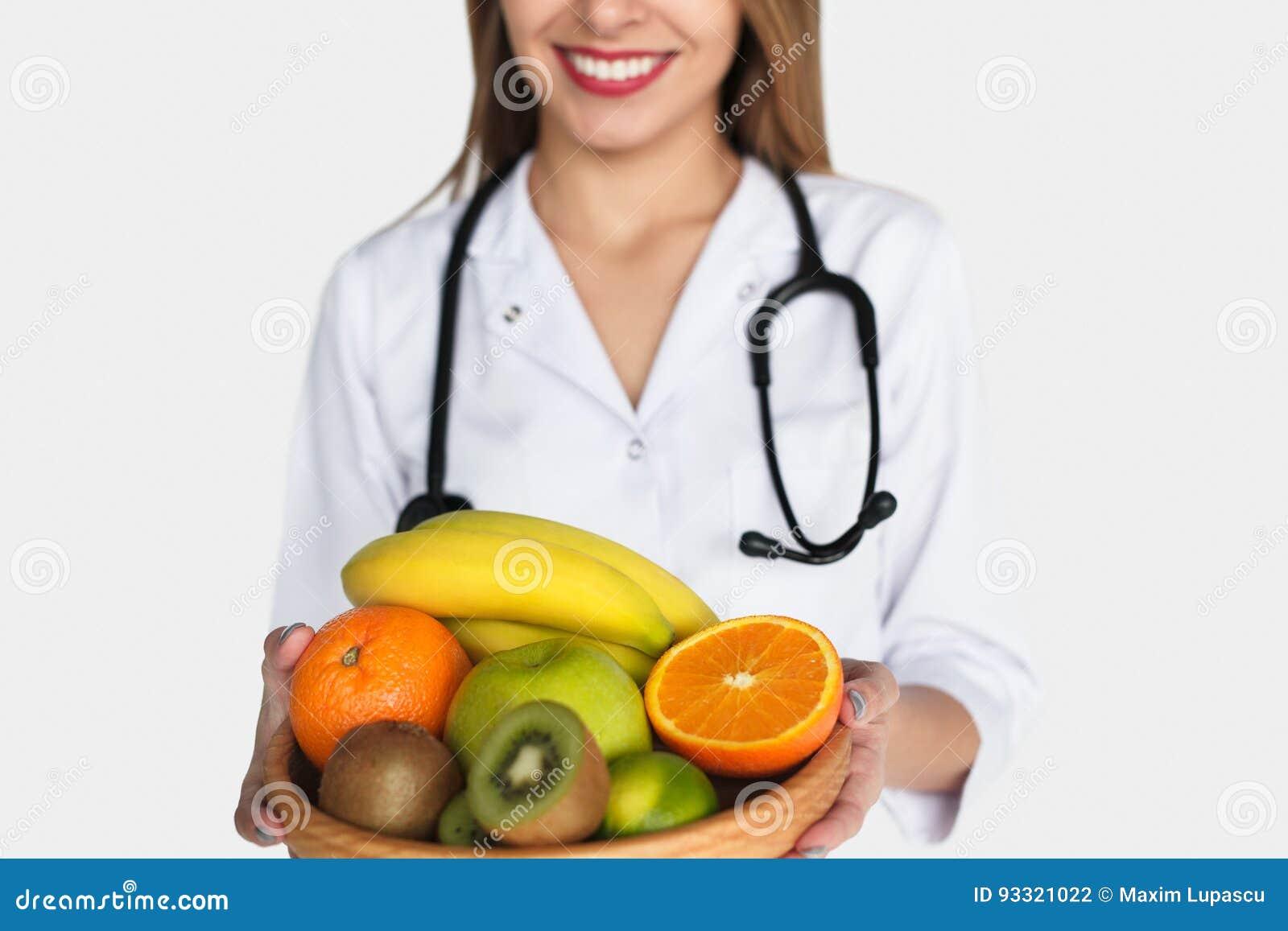 Doutor anônimo que levanta com frutos