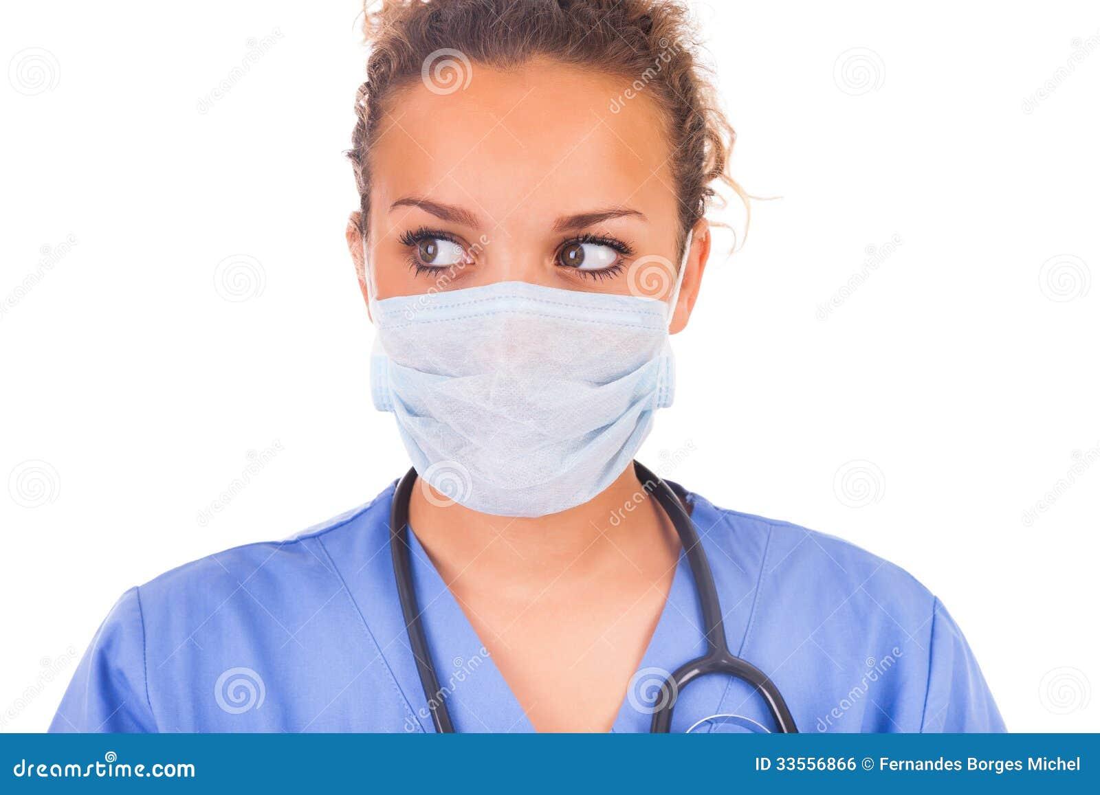 Doutor novo com a máscara e o estetoscópio isolados no backgro branco
