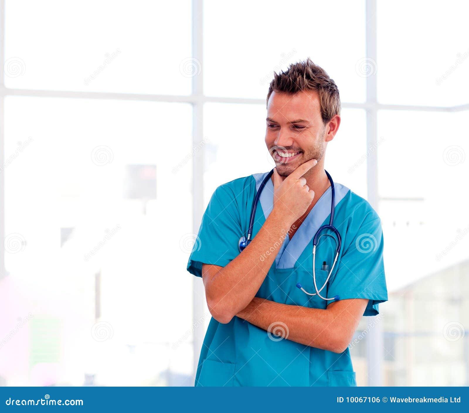 Doutor novo de sorriso isolado no hospital