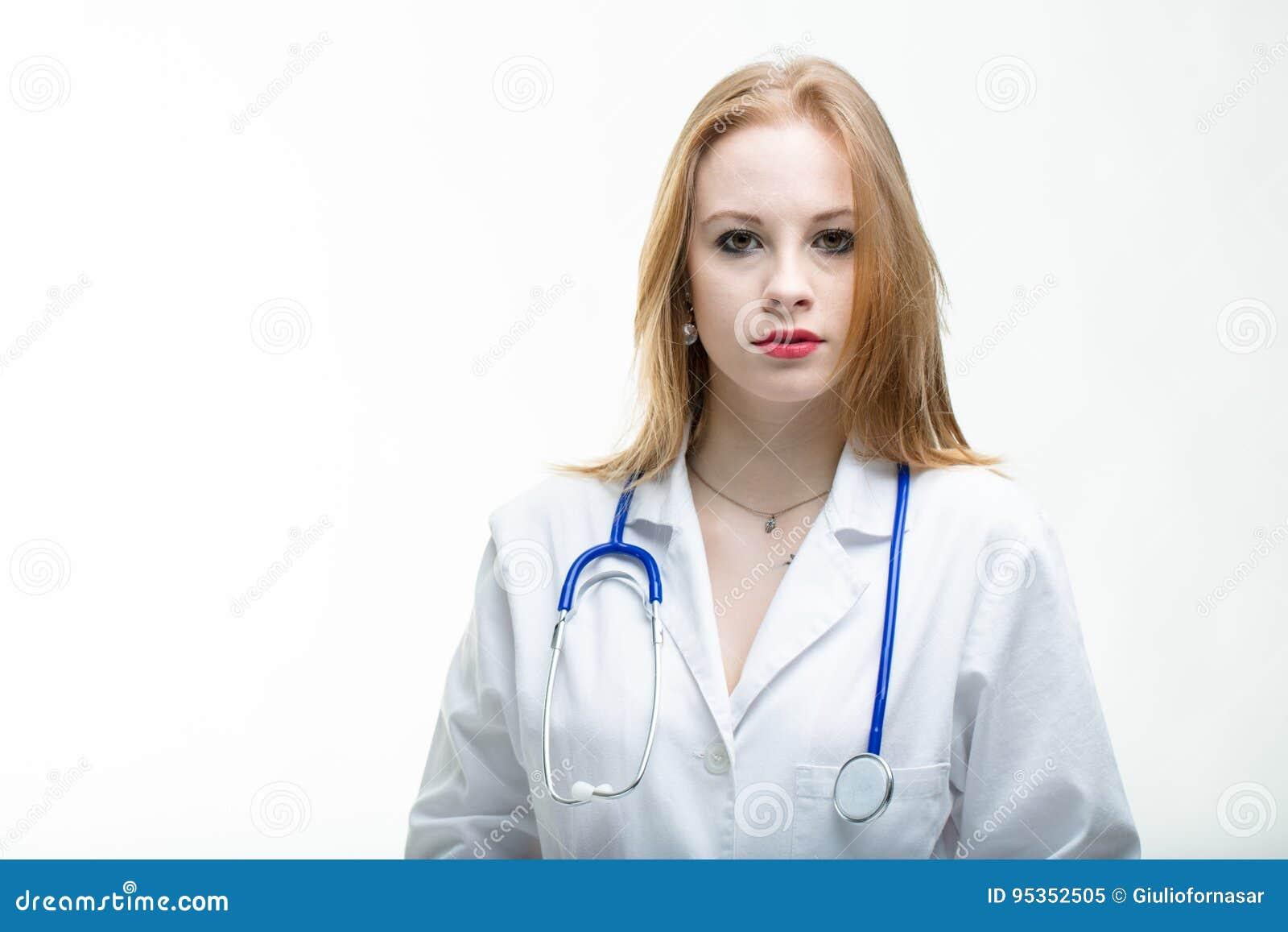 Doutor ou enfermeira atrativa séria da jovem mulher