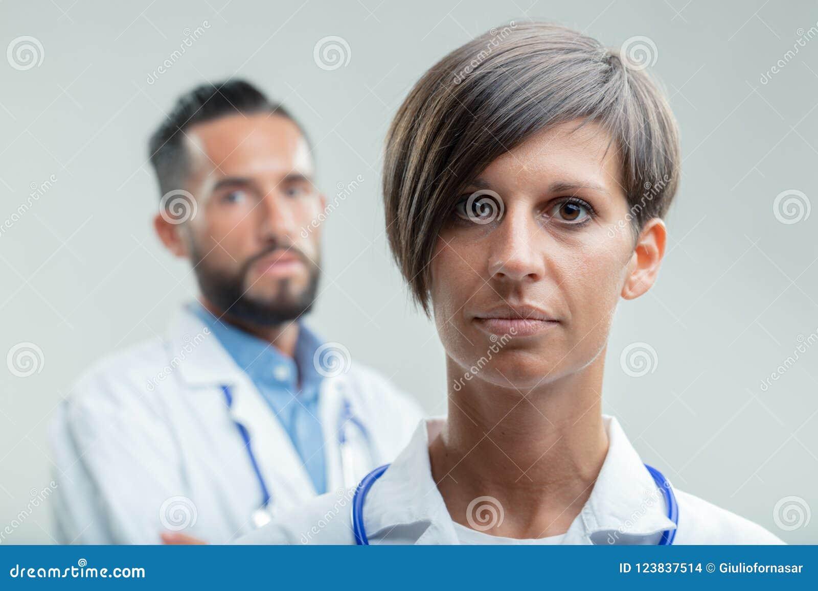 Doutor ou enfermeira fêmea séria em uma equipe médica
