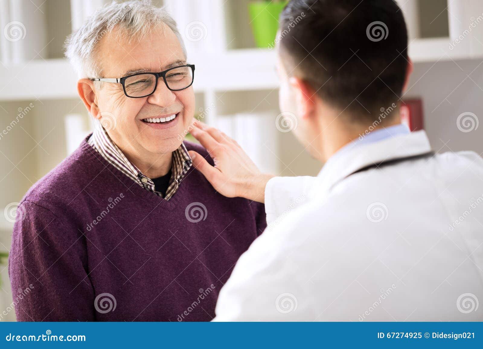 Doutor paciente feliz de sorriso da visita