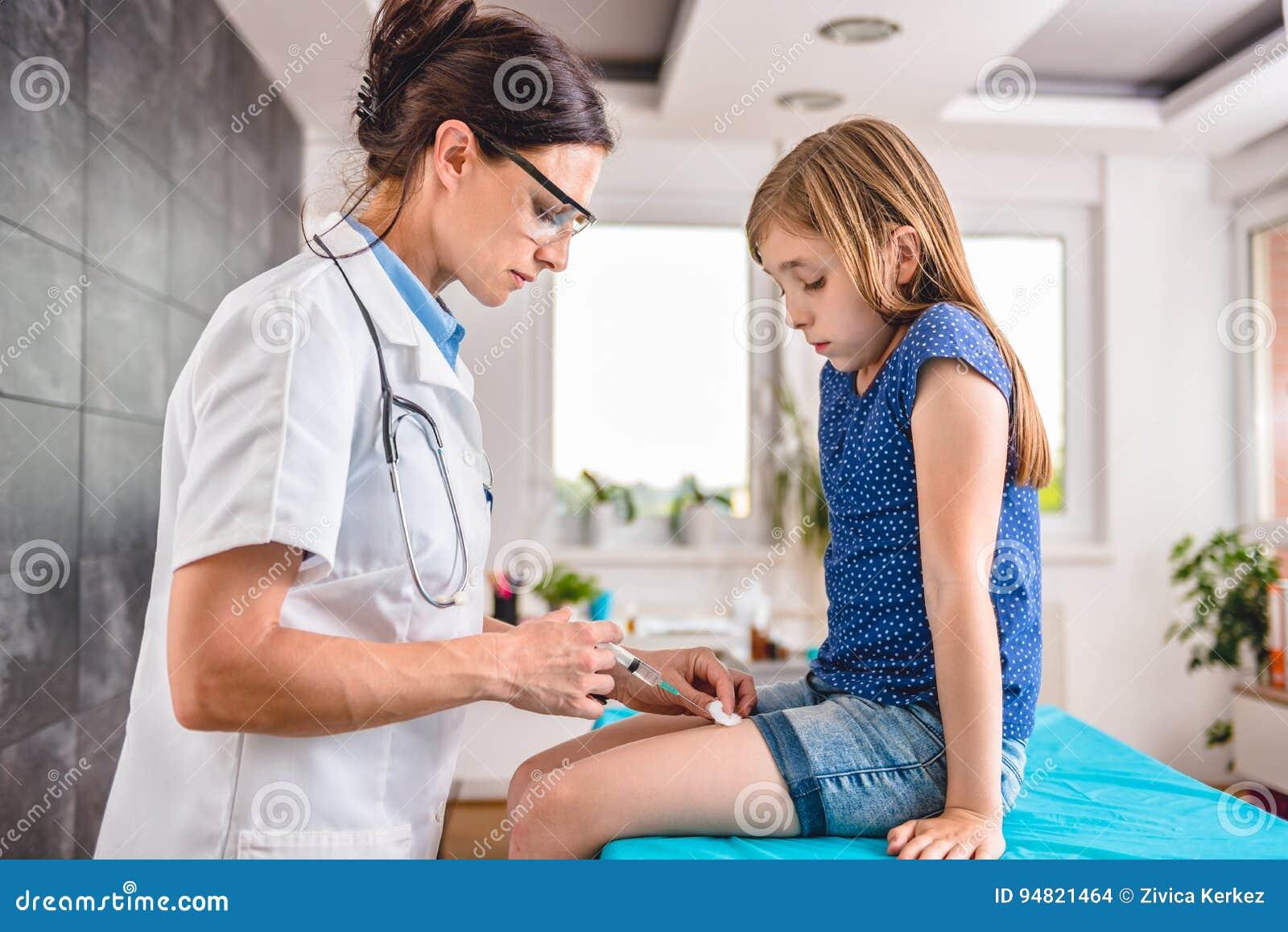 Doutor que dá a uma moça um tiro vacinal