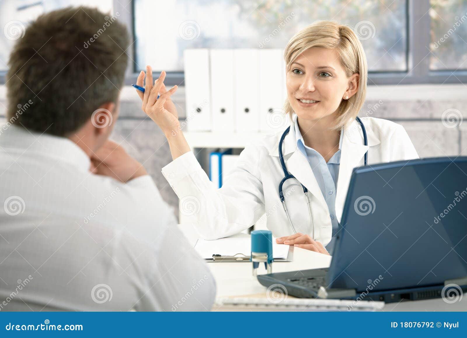 Doutor que discute o diagnóstico com o paciente
