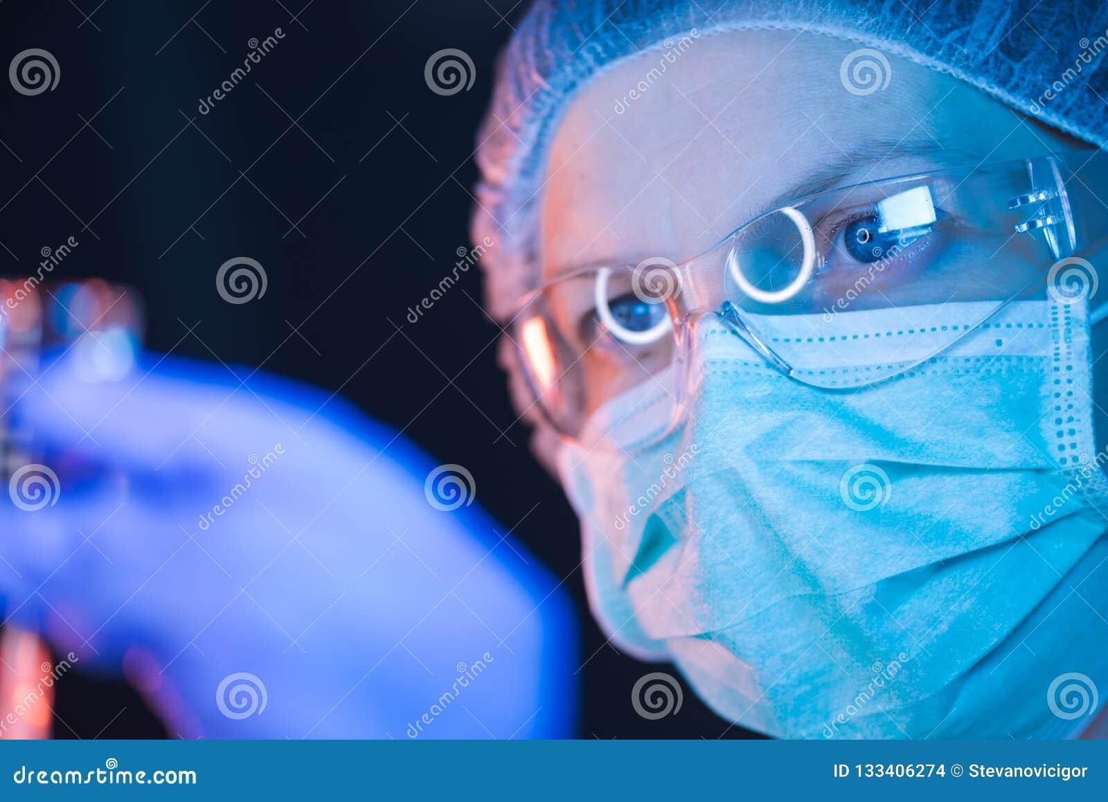 Doutor que elabora a solução e que enche a seringa