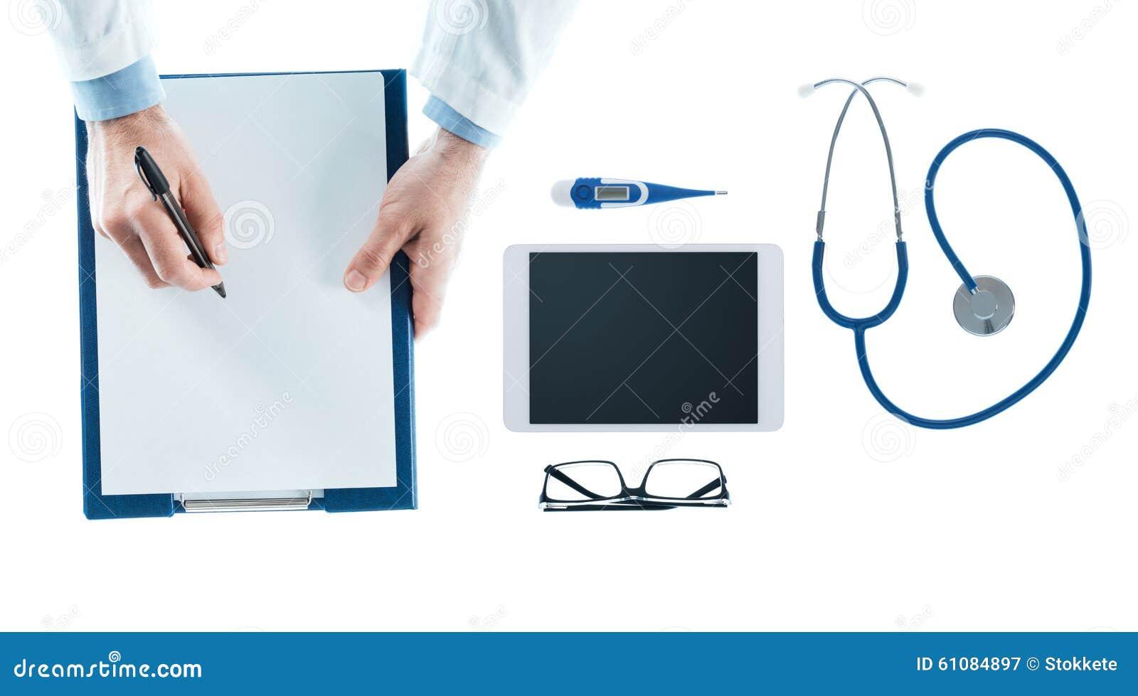 Doutor que escreve uma prescrição em uma prancheta