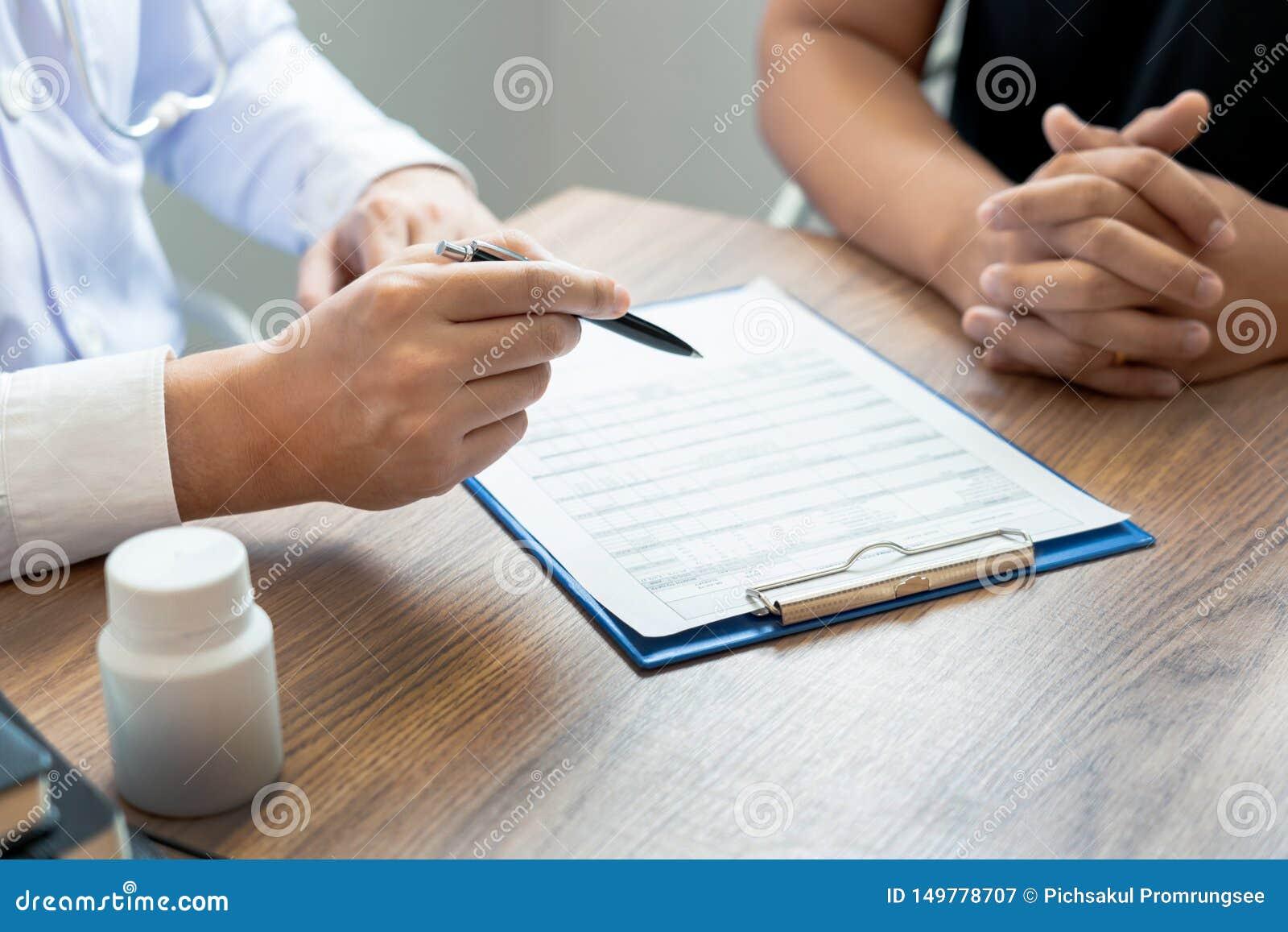Doutor que explica e que dá a uma consulta ao informações médicas e o diagnóstico pacientes sobre o tratamento para a circunstânc