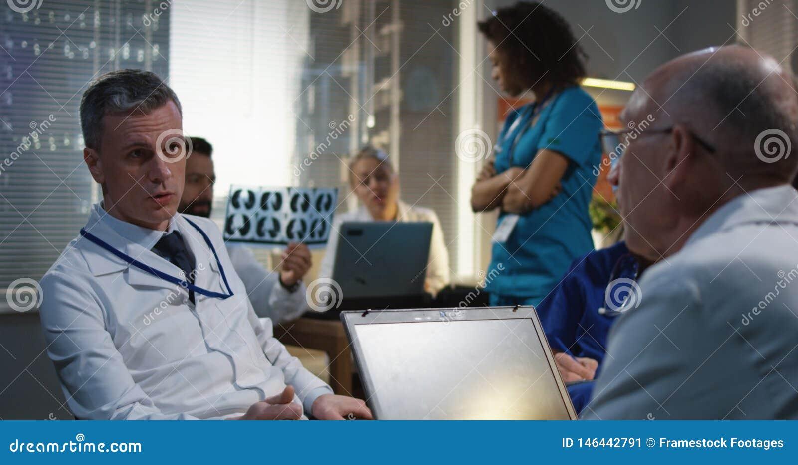Doutor que explica o diagn?stico a seus colegas