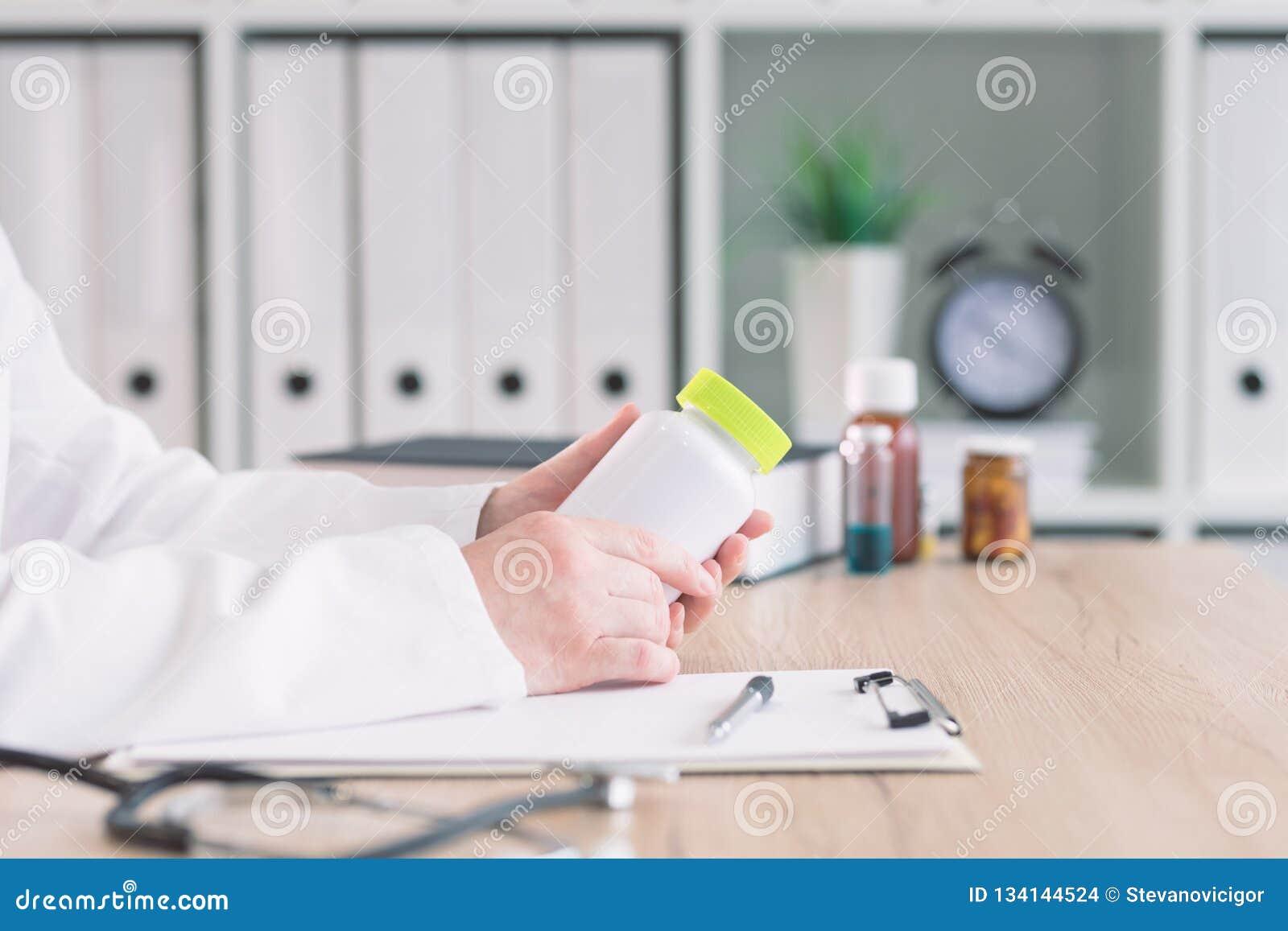 Doutor que guarda a garrafa do suplemento dietético