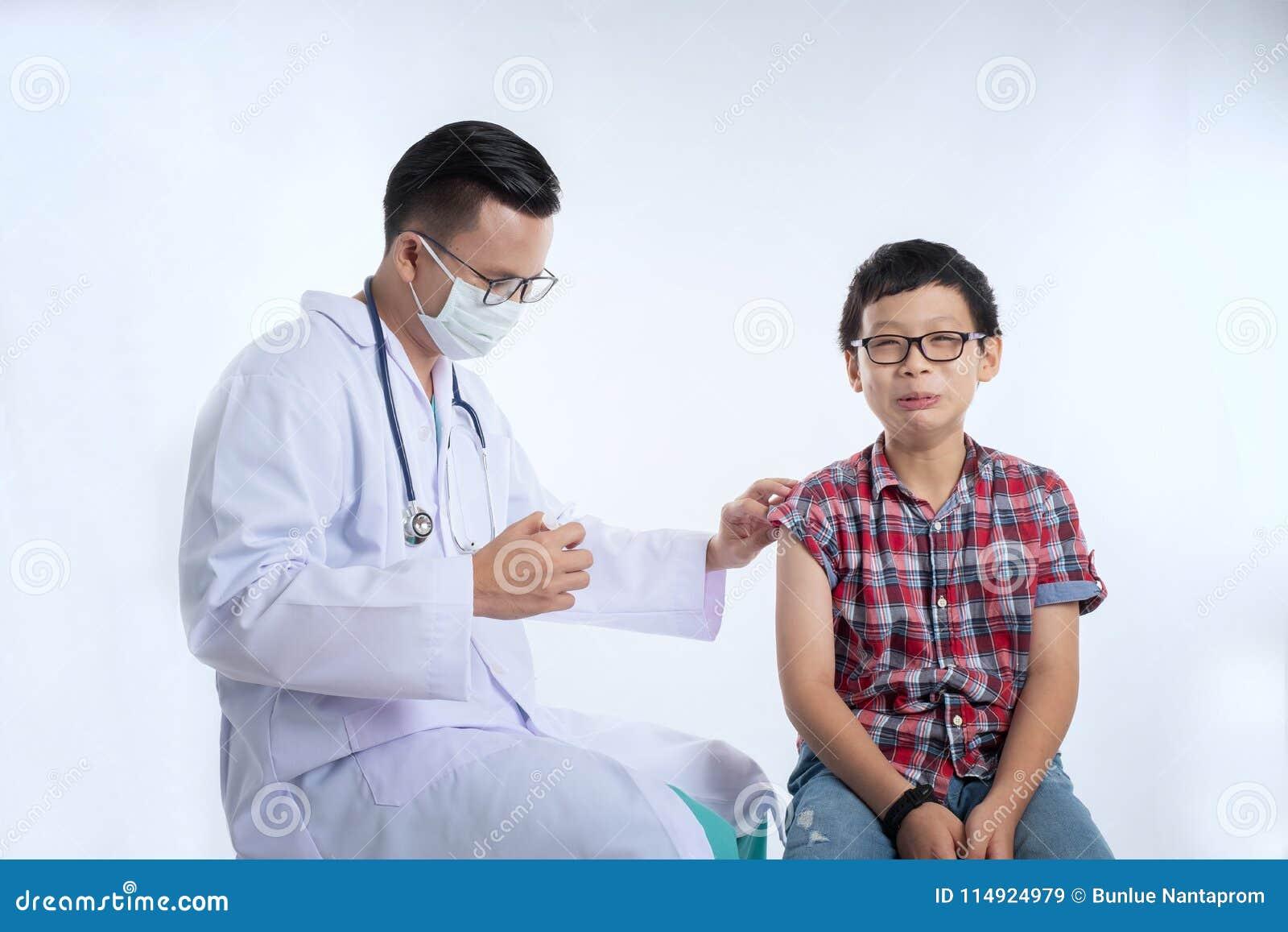 Doutor que guarda uma seringa com vacinação da injeção E