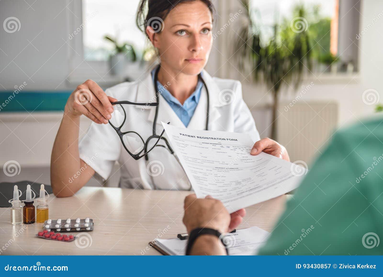 Doutor que recebe o formulário de inscrição paciente