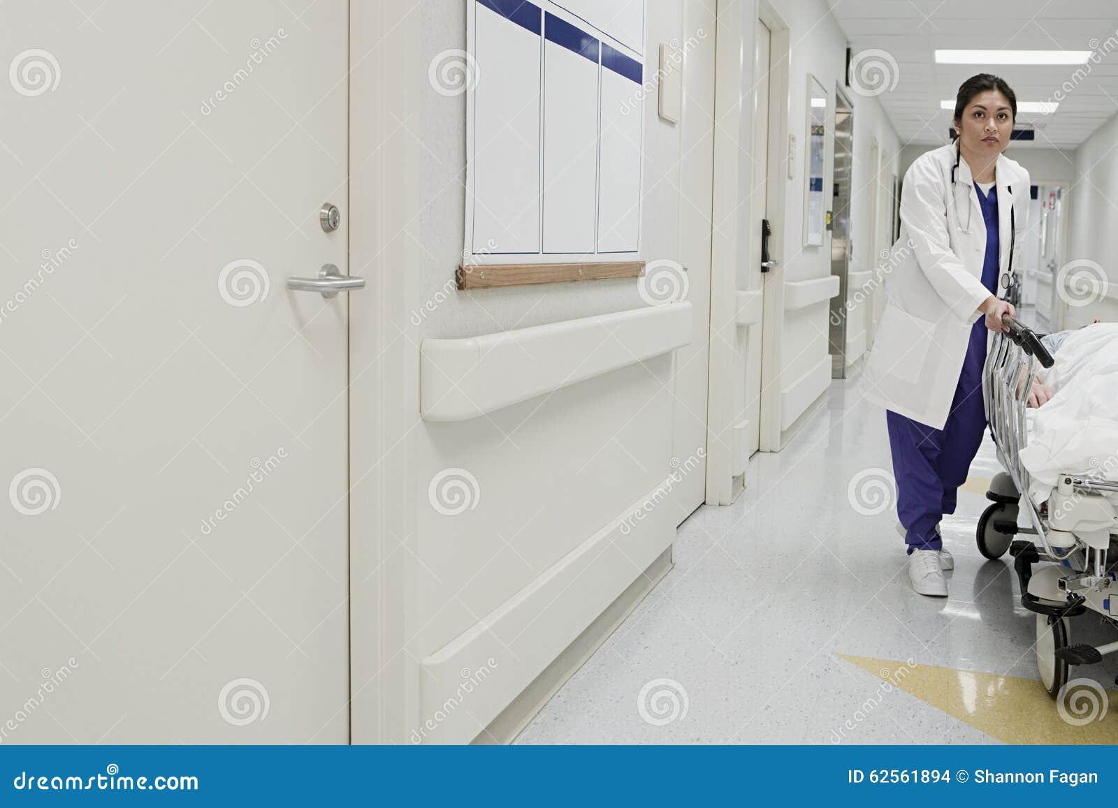 Doutor que toma o corredor do paciente para baixo