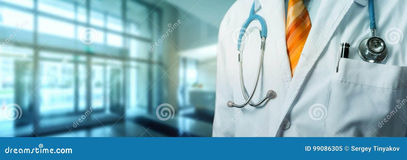 Doutor With Stethoscope In Hall Hospital Conceito global do seguro da medicina dos cuidados médicos