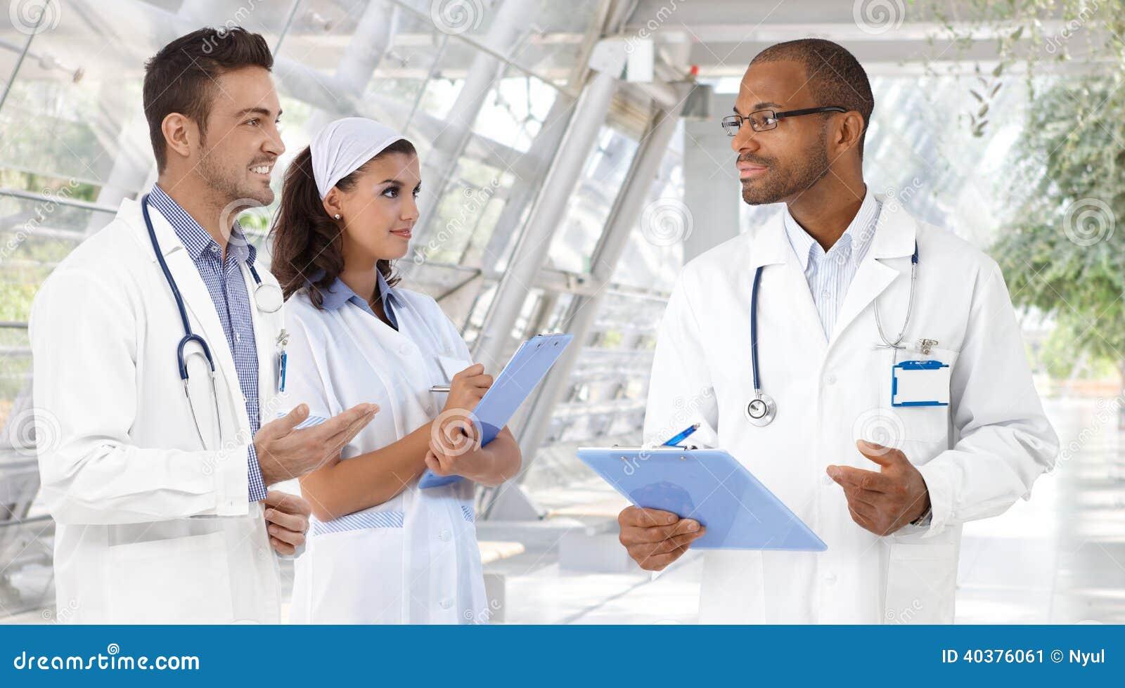Doutores e enfermeira no hospital