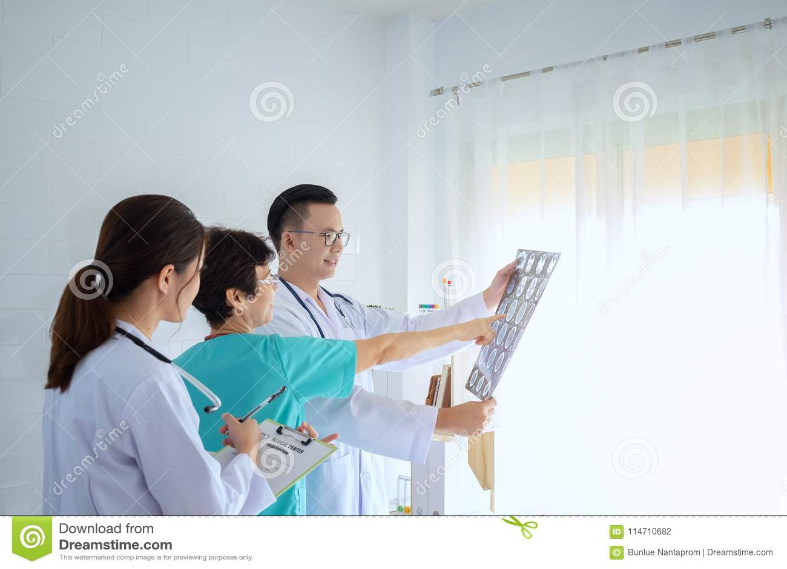 Doutores masculinos e fêmeas que consultam no escritório brilhante, discutindo