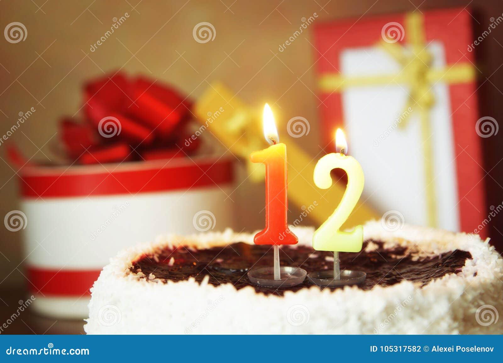 Douze Ans Danniversaire Gâteau Avec La Bougie Et Les Cadeaux