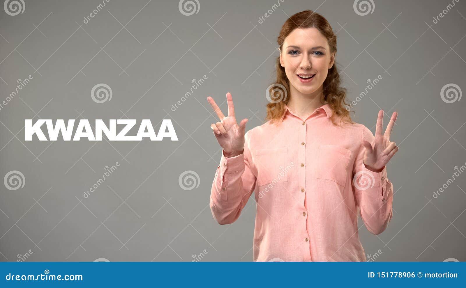 Dove dame die kwanzaa in gebarentaal, tekst op achtergrond, mededeling zeggen